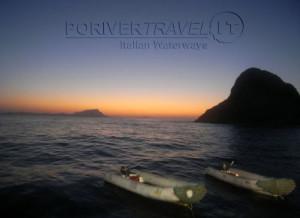 Crociere in Oman, foto dei tender della motonave Saman Explorer. Sullo sfondo i contrafforti delle isole dell'arcipelago di Al Hallaniyat al tramonto.