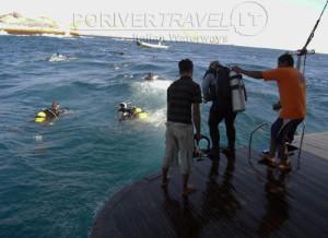 Crociere in Oman, foto di sub che iniziano l' immersione calandosi dalla piattaforma della motonave Saman Explorer .