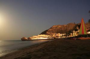 Vacanze e soggiorni mare in Oman. Foto notturna del mare dell' Oman.