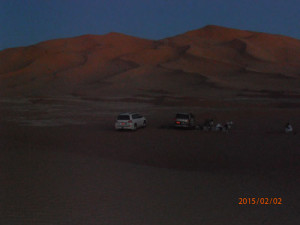 Tour in Oman, foto Empty Quarter, nel Dhofar. Preparazione del campo tendato mobile per la notte nel deserto Rub al Khali.