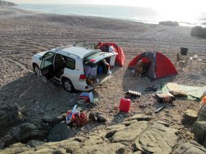 esca in Oman dalla riva. Foto del Campeggio libero sulle spiagge dell' Oceano indiano in Oman del sud vicino a Salalah. Colazione in spiaggia dopo una notte in tenda sulle coste del mar Arabico.