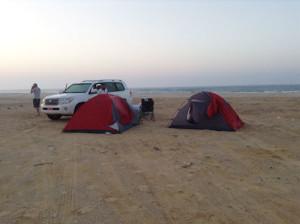 Pesca in Oman dalla riva. Foto del Campo mobile sull' Oceano indiano in Oman del sud vicino a Salalah. Colazione in spiaggia dopo una notte in tenda sulle rive del mar Arabico.