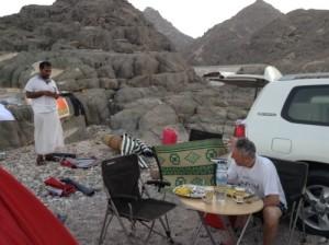 Foto di uno spot sulla costa dell' Oceano Indiano dall' alto. Pesca in Oman da riva. Colazione all'alba dopo la notte in tenda.