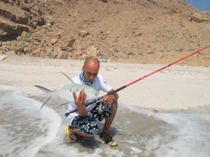 Pesca in Oman Sud da riva, foto di uno spot sulle coste nel Dhofar, intorno a Salalah nel Mar Arabico, parte dell' Oceano Indiano. Cattura con artificiale a spinning.