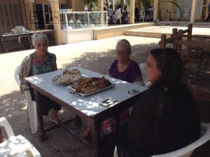 Foto di Salalah, pranzo in ristorante al mercato del pesce. Manuela con colleghe italiane, che lavorano in Oman del sud, nel Dhofar.