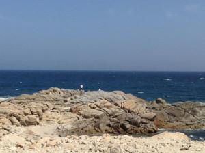 Pesca in Oman Sud dalla riva, foto di uno spot sulle coste nel Dhofar, intorno a Salalah nel Mar Arabico. I pescatori stanno effettuando la pesca a spinning.