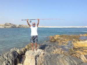 Pesca in Oman Sud dalla costa, foto di uno spot da riva nel Dhofar, intorno a Salalah. La guida si prepara a fare alcuni lanci a spinning.