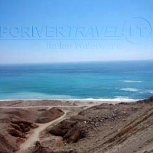 Foto di uno spot sulla costa dell' Oceano Indiano dall' alto. Pesca in Oman da riva.