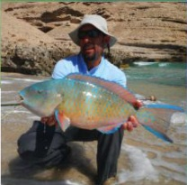 Pesca nelle Isole del Sud Oman, Oceano Indiano, famose per la pesca del G.T.. Foto di una cattura da salt fly fishing dalla costa dell' isola dei pescatori.