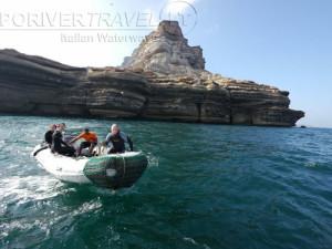 Crociera in Oman nel Mar Arabico, a bordo della nave Saman Explorer, foto della scogliera di una isola dell' arcipelago Al Hallaniyat.