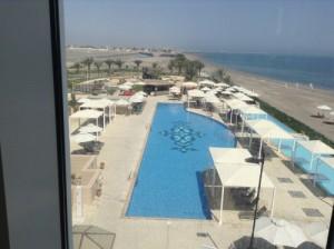 Soggiorno mare Oman, hotel Millennium Muscat. Foto di una piscina e del mare da una camera dell' hotel.